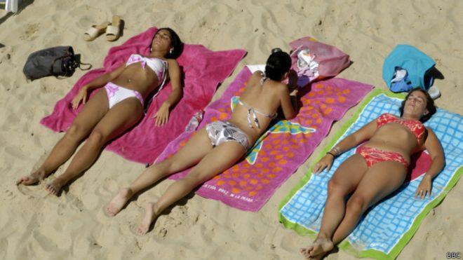 Загорающие на пляже
