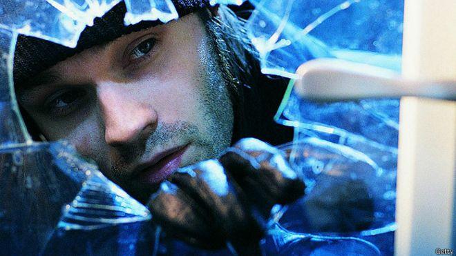 Домушник разбивает стекло