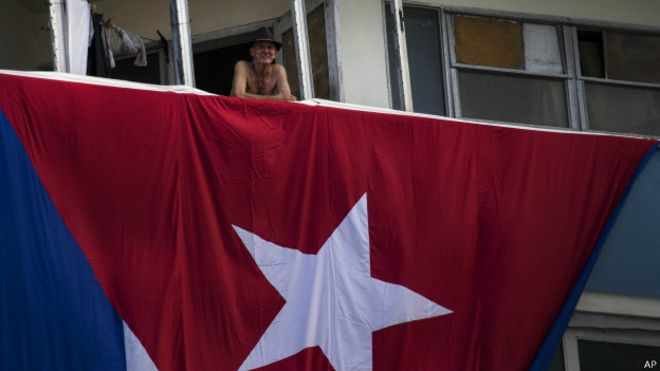 Izando la bandera de EE.UU. en La Habana