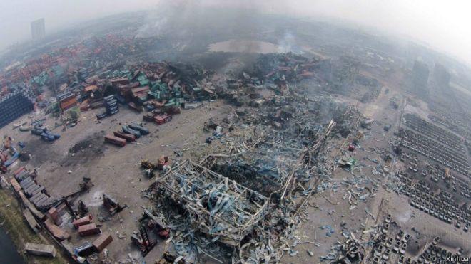 天津滨海新区爆炸。爆炸事故核心区域仍有黑烟冒出(8月15日摄)。