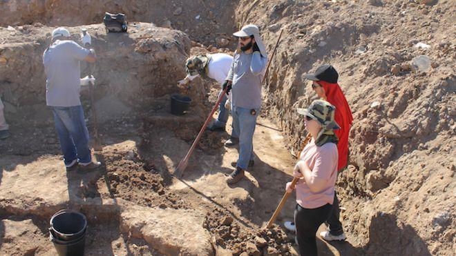 Excavaciones en el terreno que perteneció al pai de santo Joãozinho da Goméia en Río de Janeiro, Brasil.