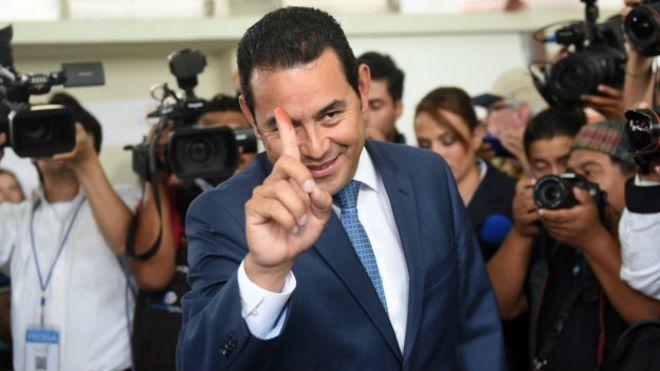 Morales tras votar en las elecciones presidenciales para Guatemala en 2015