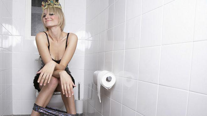 Chica en inodoro