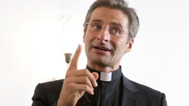الفاتيكان يجرد قسا بارزا فيه من مسؤولياته بعد إعلانه أنه مثلي جنسيا 151003152509_charams
