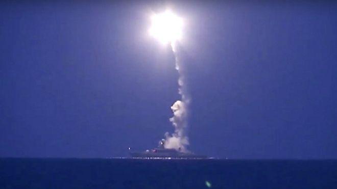 Captura de pantalla del lanzamiento de los misiles rusos desde el Mar Caspio