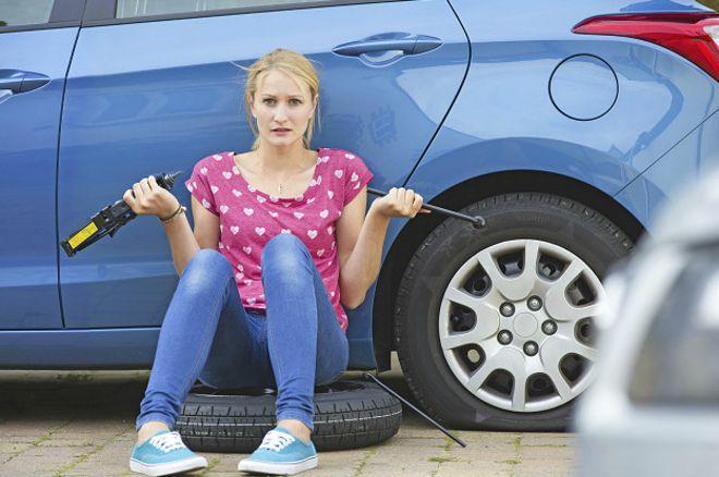 Auto con neumático pinchado