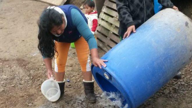 Mujer recogiendo agua