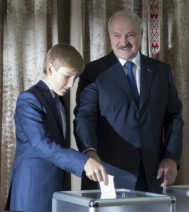 Александр Лукашенко с сыном на участке для голосования