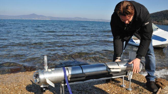 """Pesquisador com """"peixe-robô"""" na Itália (Foto: Divulgação/Enea)"""