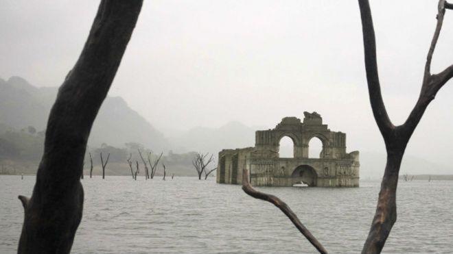 Iglesia en las aguas del río Grijalva