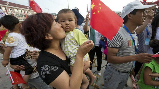 一名中国母亲手抱孩子