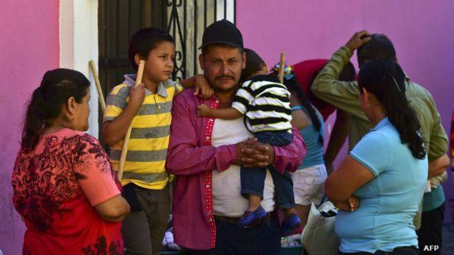 Familia desplazada en la operación de recaptura de El Chapo Guzmán. Foto: AFP/Getty