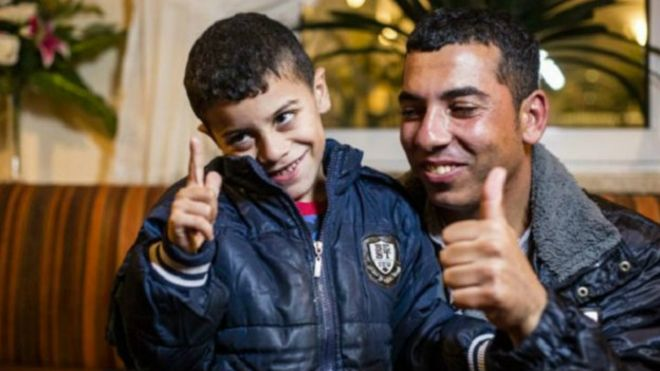 Azam, el niño refugiado con heridas en el rostro