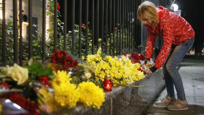 乌克兰首都基辅的俄罗斯大使馆外,民众献花点蜡烛,哀悼空难死者。