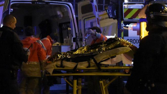 Atendimento de feridos em Paris nesta sexta-feira (AFP)