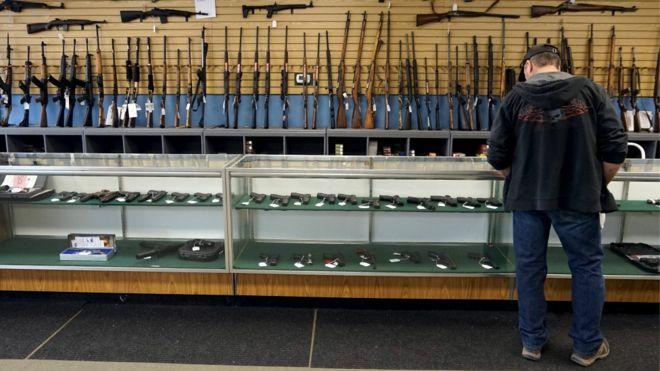 一名顾客在科罗拉多州一家枪械店选购枪支