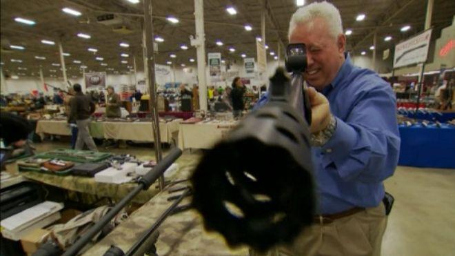 Súng trưng bài tại một hội chợ vũ khí ở Hoa Kỳ