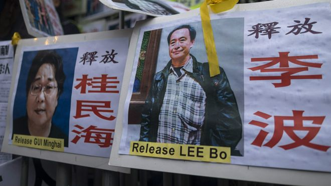 香港民主派示威者留在中聯辦外的李波(右)與桂民海(左)標語牌(10/1/2016)