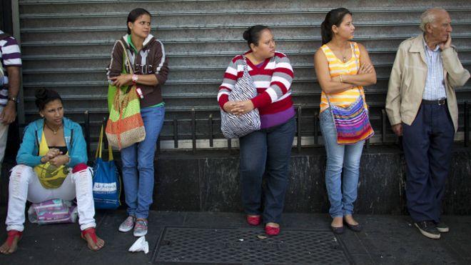 Cola de ciudadanos en Venezuela para comprar alimentos