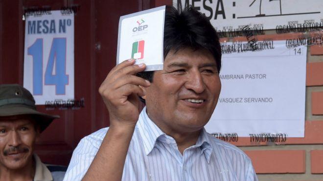Evo Morales con una papelete