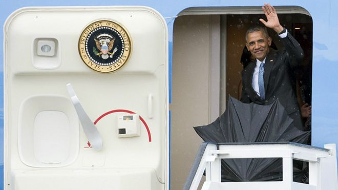 El presidente Obama saludando a su llegada a La Habana desde el Air Force One
