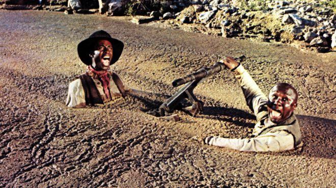Dos personajes se hunden en arenas movedizas en una película del salvaje oeste