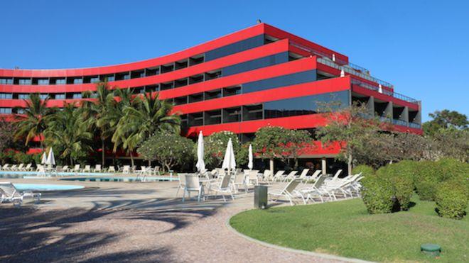 Piscina y parte exterior del hotel Royal Tulip en Brasilia.