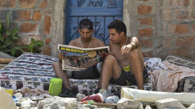Dos hombres leyendo un periódico