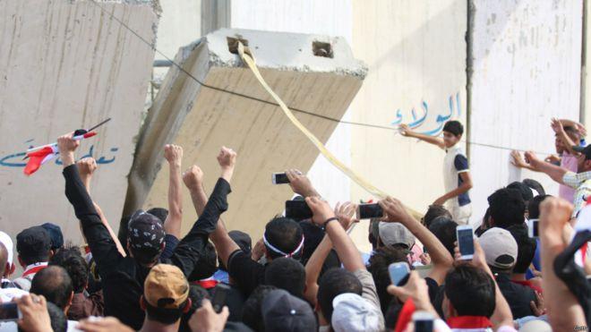 Manifestantes rompiendo las paredes del congreso