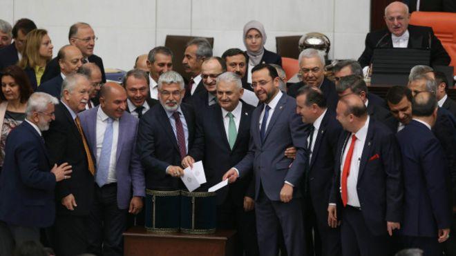 Парламент Туреччини схвалив законопроект про можливість позбавлення депутатів недоторканності. Його підтримала більшість законодавців (376 осіб з 550).