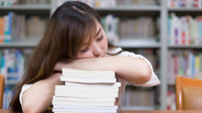Una estudiante japonesa durmiendo