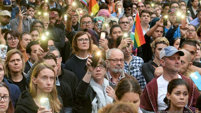 数以千计民众星期一晚在奥兰多市中心举行集会,他们手持蜡烛和鲜花,向受害者致哀。