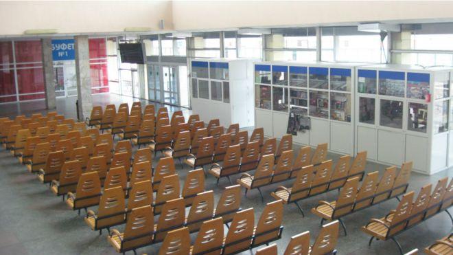 Тиша в залі: вокзал Луганська у фото