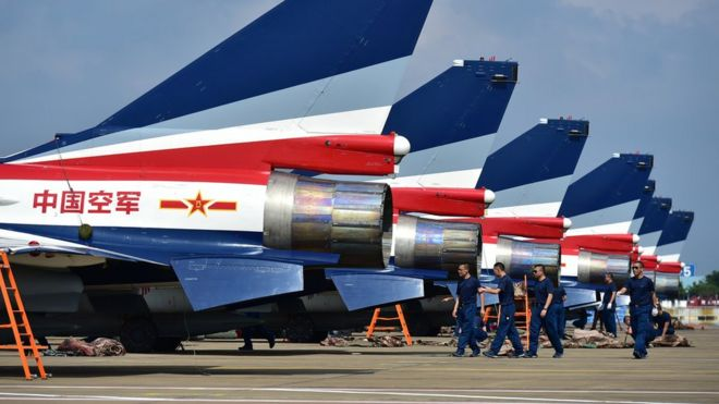 中國空軍「八一」飛行表演隊殲—10戰鬥機在珠海航展現場(新華社圖片26/10/2016)
