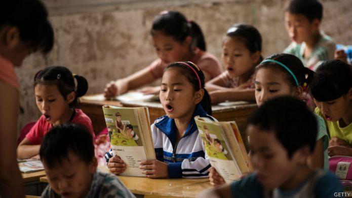 Школьники читают учебник
