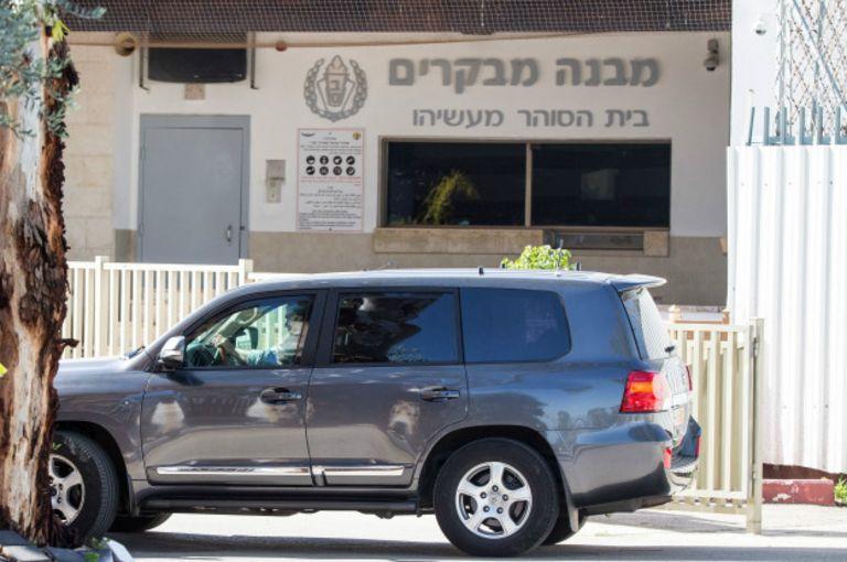 Машина Ольмерта перед тюрьмой