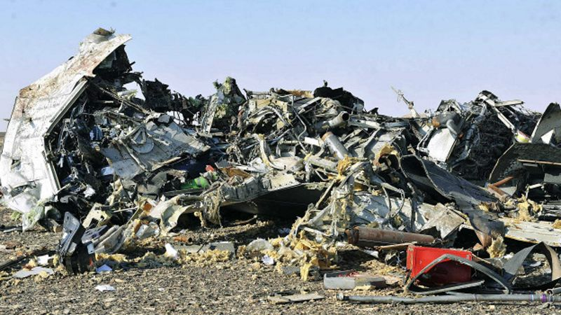 Pedazos del avión en la arena.