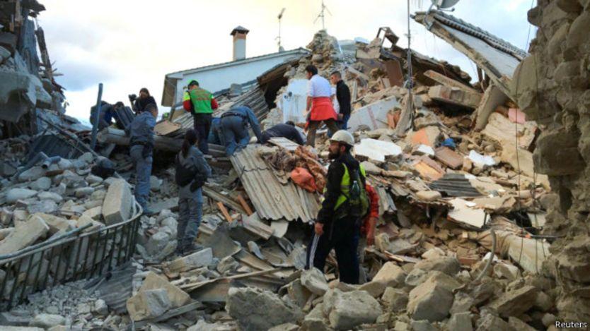 160824053445 earthquake italy rescuers 2 640x360 reuters Video Amatir..!! Gempa 6.2 Skala Richter Landa Italia