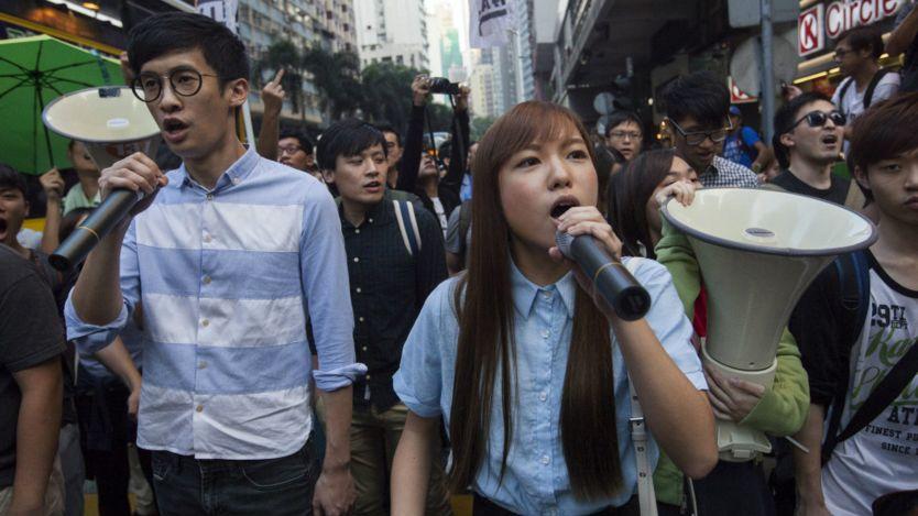 梁颂恒(左)、游蕙祯(中)在游行队伍中(6/11/2016)