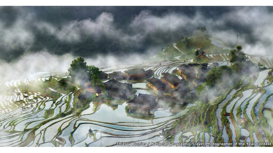 Terraces Village in the Mist por Thierry Bornier / National Geographic Travel Photographer of the Year Contest