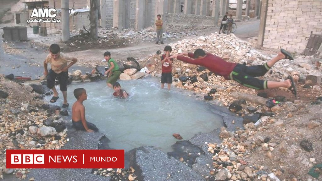 Una piscina en el cr ter de una bomba la alegr a de los for Piscina el guerra