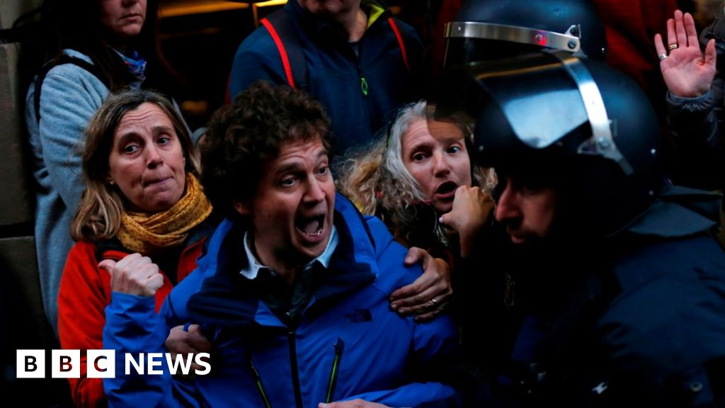 Catalonia Spain: Protests greet King Felipe at MWC