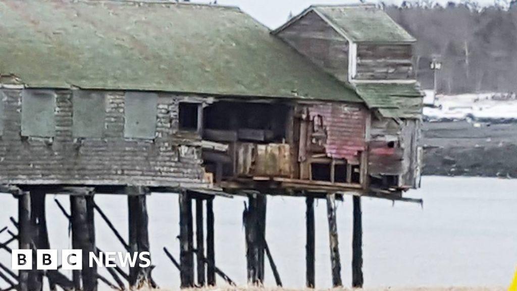 'Bomb cyclone' sweeps US landmark to Canada