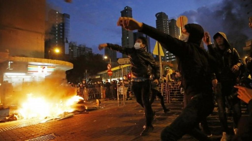 Hong Kong clashes as police clear food stalls - BBC News