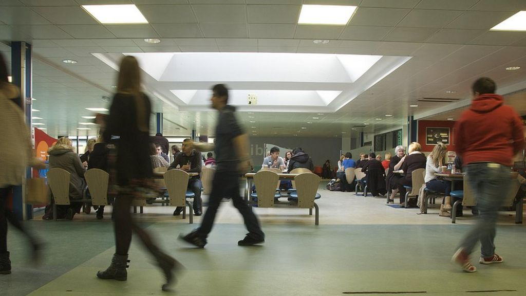 Students 'should get income of £8,100'