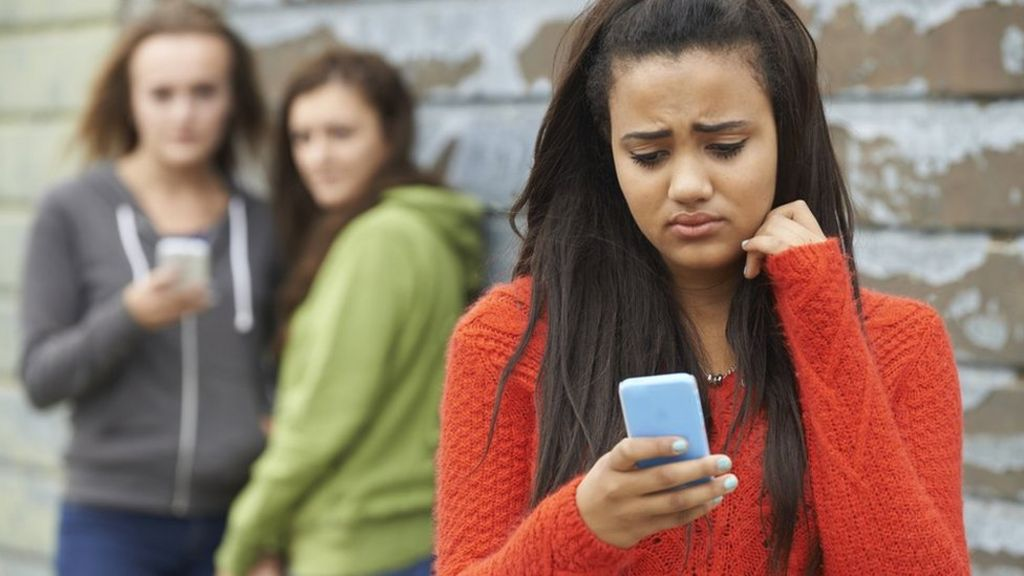 Social networks 'lead to anxiety and fear in young'