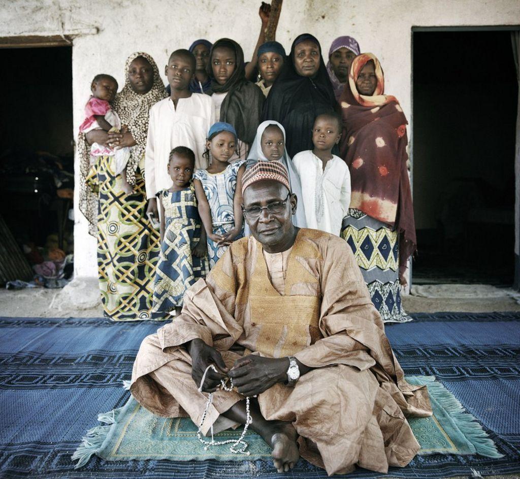 Sarki köyü şefi İbrahim Sanda, evinde, aşırı kuzey Kamerun'da bulunan Mokolo'da 19 kadın ve çocuğu ağırlıyor.