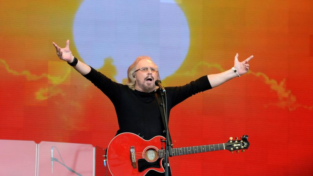 Barry Gibb brings Glastonbury to its feet