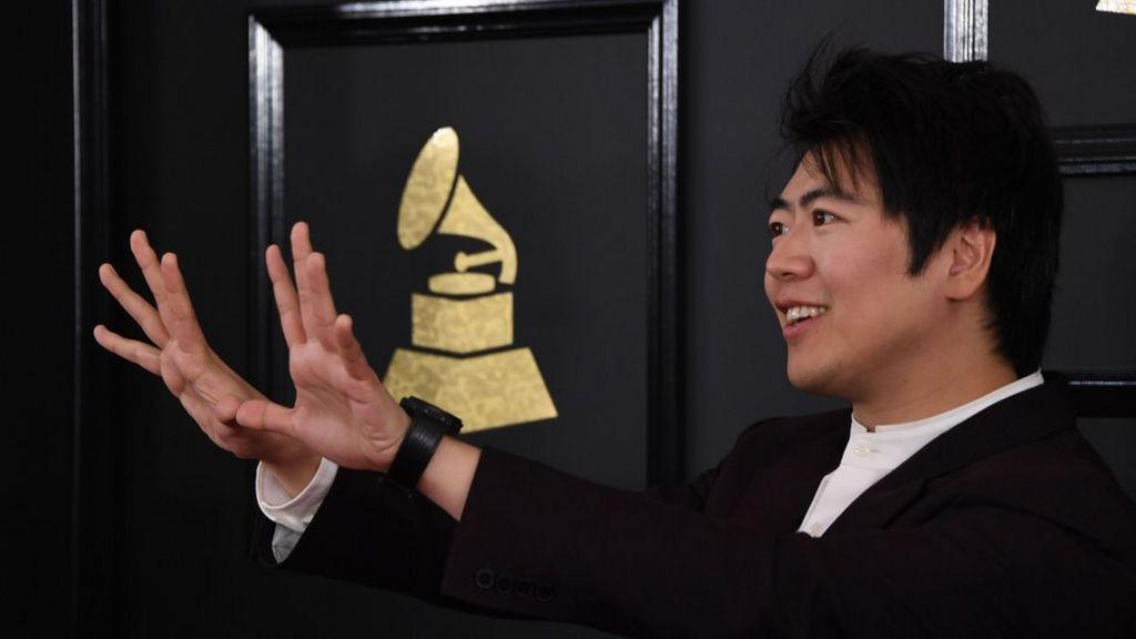 Lang Lang: Carnegie gala sees injured pianist lent a hand