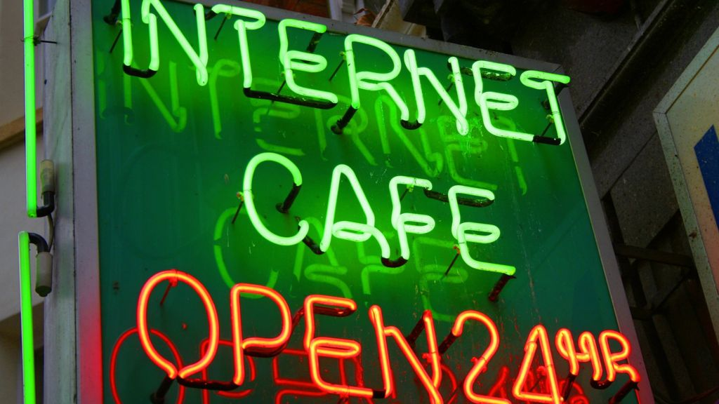 Decline and fall of the internet cafe - BBC News